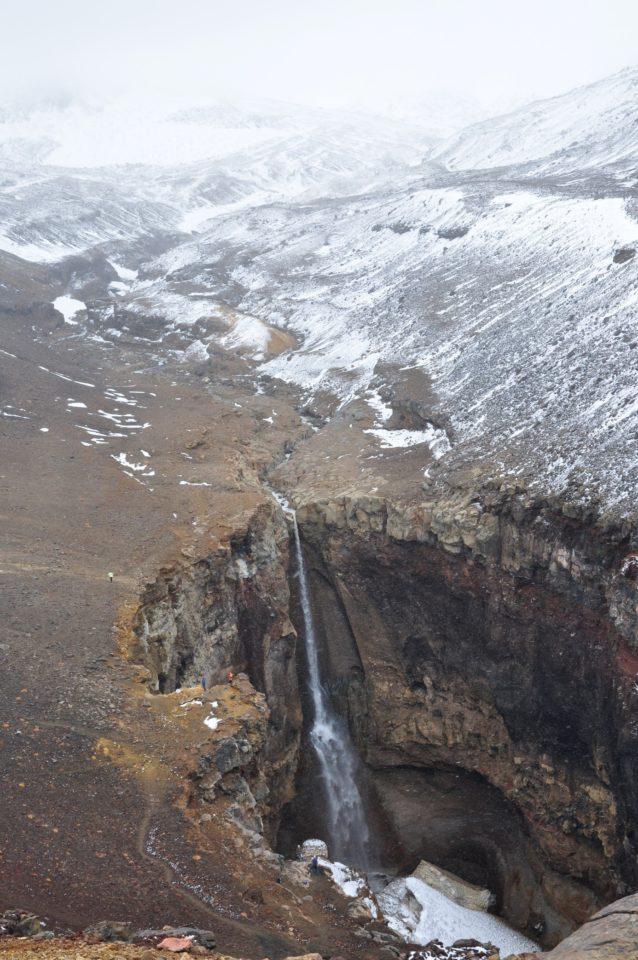 https://www.baobabtrails.com/wp-content/uploads/2020/06/32.-po-mnoha-a-mnoha-hodinách-v-off-roadech-přijíždíme-k-úchvatnému-kaňonu-s-majestátným-vodopádem.-kterému-zde-říkají-Danger.jpg